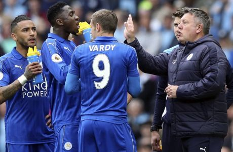 Leicester City manager Craig Shakespeare, right, speaks to his players during the English Premier League soccer match between Manchester City and Leicester, at the Etihad Stadium, in Manchester, England, Saturday May 13, 2017. (Martin Rickett/PA via AP)