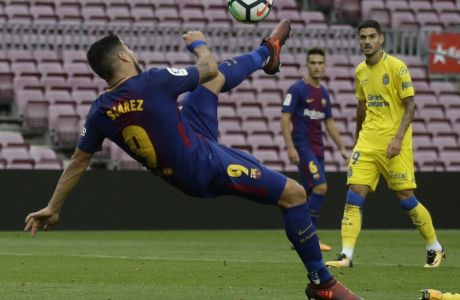 Barcelona's Luis Suarez kicks the ball during the Spanish La Liga soccer match between Barcelona and Las Palmas at the Camp Nou stadium in Barcelona, Spain, Sunday, Oct. 1, 2017. Barcelona's Spanish league game against Las Palmas is played without fans amid the controversial referendum on Catalonia's independence. (AP Photo/Manu Fernandez)