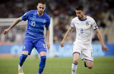 Ο Κώστας Φορτούνης της Εθνικής Ελλάδας μονομαχεί με τον Ζορζίνιο της Ιταλίας σε αγώνα για τα προκριματικά του Euro 2020 στο Ολυμπιακό Στάδιο της Αθήνας, Σάββατο 8 Ιουνίου 2019