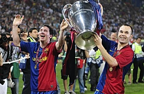 Αντρές Ινιέστα και Λιονέλ Μέσι πανηγυρίζουν έχοντας κατακτήσει το τρόπαιο του Champions League με την Μπαρτσελόνα