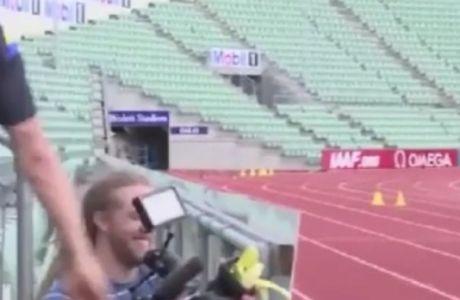 Μπανανόφλουδα σε cameraman ο Ζλάταν! Δείτε video