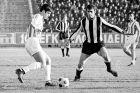 Ο Τάκης Συνετόπουλος του Ολυμπιακού σε στιγμιότυπο με τον Αριστοτέλη Φουντουκίδη του ΠΑΟΚ σε αναμέτρηση για την Α' Εθνική 1970-1971 στο γήπεδο της Τούμπας | Κυριακή 23 Μαΐου 1971