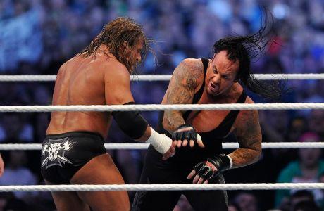 Στιγμιότυπο από τον αγώνα του Triple H (αριστερά) με τον Undertaker (δεξιά) για τη WrestleMania XXVII στο 'Τζόρτζια Ντομ', Ατλάντα, Κυριακή 3 Απριλίου 2011