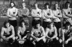 H εθνική Ολλανδίας το 1974. Από αριστερά, πάνω: Μπάρι Χουλσόφ, Πιτ Σχράιφερς, Ααντ Μάνσβελντ, Βιμ Σουρμπίρ, Γιόχαν Νέεσκενς, Ρουντ Κρολ. Κάτω: Άρι Χάαν, Γιόχαν Κρόιφ, Τζέρι Μιούρεν, Τζόνι Ρεπ, Ρομπ Ρένζενμπρινκ