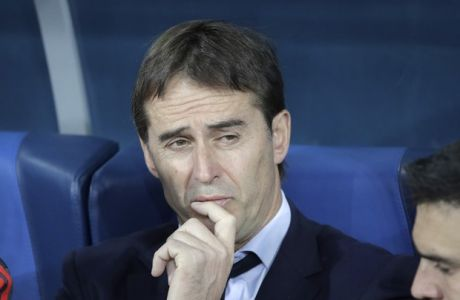 Spain's head coach Julen Lopetegui, centre, seen during the international friendly soccer match between Russia and Spain in St.Petersburg, Russia, Tuesday, Nov. 14, 2017. (AP Photo/Dmitri Lovetsky)