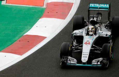 Hamilton, κρύο και από κοντά οι Ferrari