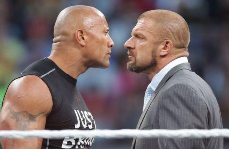 Ο Rock κοιτάζει κατάματα τον Triple H κατά τη διάρκεια του WrestleMania 31 event που έγινε στις 29 Μαρτίου 2015 στη Σάντα Κλάρα της Καλιφόρνια