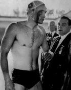 Ο Έρβιν Ζάντορ της Ουγγαρίας, ματωμένος μετά από χτύπημα του Βαλεντίν Πρακόπαφ της Σοβιετικής Ένωσης, σε αναμέτρηση για το τουρνουά πόλο των Ολυμπιακών Αγώνων 1956, Μελβούρνη, Πέμπτη 6 Δεκεμβρίου 1956