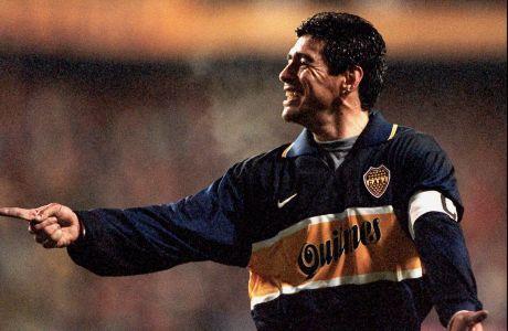 Ο Ντιέγκο Μαραντόνα της Μπόκα Τζούνιορς, στην επιστροφή του στα γήπεδα ύστερα από 11 μήνες, πανηγυρίζει το γκολ που σημείωσε κόντρα στη Ράσινγκ Κλουμπ για το Apertura 1997 στο 'Μπομπονέρα', Μπουένος Άιρες, Κυριακή 13 Ιουλίου 1997