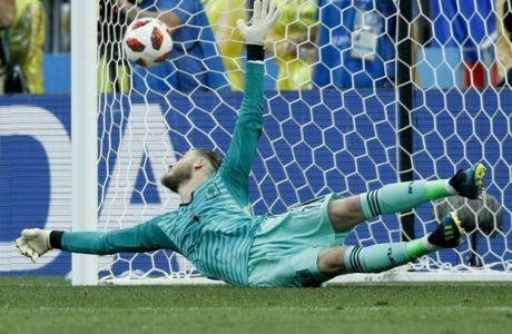Spain goalkeeper David De Gea fails to save a penalty shoot during the round of 16 match between Spain and Russia at the 2018 soccer World Cup at the Luzhniki Stadium in Moscow, Russia, Sunday, July 1, 2018. (AP Photo/Victor R. Caivano)