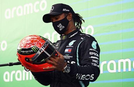 Ο Λιούις Χάμιλτον δεν χορταίνει να χαζεύει το κράνος του Μίκαελ Σουμάχερ, έχοντας προηγουμένως ισοφαρίσει το ρεκόρ των 91 νικών στη Formula 1