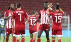 Οι ποδοσφαιριστές του Ολυμπιακού πανηγυρίζουν τη νίκη επί του Αστέρα με εμφανίσεις χωρίς ρίγες στο πίσω μέρος