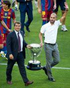 """Λαπόρτα και Γουαρδιόλα παρουσιάζουν στο """"Καμπ Νόου"""" το τρόπαιο του πρωταθλήματος της σεζόν 2009/10."""