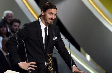 """Paris Saint-Germain's Swedish forward Zlatan Ibrahimovic (L) receives the Best Ligue 1 Player award during the TV show """"Canal Football Club"""" on May 11, 2014 in Paris, as part of the 23th edition of the UNFP (French National Professional Football players Union) trophy ceremony. AFP PHOTO / FRANCK FIFE        (Photo credit should read FRANCK FIFE/AFP/Getty Images)"""