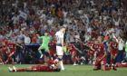 Ο απογοητευμένος Χάρι Κέιν της Τότεναμ περπατάει μπροστά από τους παίκτες της Λίβερπουλ που πανηγυρίζουν την κατάκτηση του Champions League 2018-2019 στο 'Γουάντα Μετροπολιτάνο' της Μαδρίτης', Σάββατο 1 Ιουνίου 2019