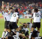 Οι παίκτες της Βαλένθια πανηγυρίζουν ένα γκολ της ομάδας τους στο ισπανικό πρωτάθλημα της σεζόν 2003/04.