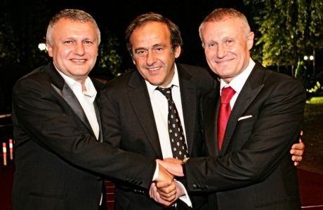 O Mισέλ Πλατινί στα χρόνια της προεδρίας του, στην UEFA με τον άμεσο συνεργάτη του, Γκριγκόρι Σουρκίς (δεξιά) και τον αδελφό του τελευταίου, Ιγκόρ, προέδρου της Ντίναμο Κιέβου (αριστερά).