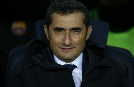 FC Barcelona's coach Ernesto Valverde looks on prior of the Spanish La Liga soccer match between FC Barcelona and Sevilla at the Camp Nou stadium in Barcelona, Spain, Saturday, Nov. 4, 2017. (AP Photo/Manu Fernandez)