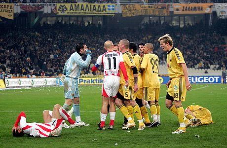 Παίκτες της ΑΕΚ και του Ολυμπιακού σε στιγμιότυπο της αναμέτρησης για τη Super League 2006-2007 στο Ολυμπιακό Στάδιο, Κυριακή 4 Φεβρουαρίου 2007
