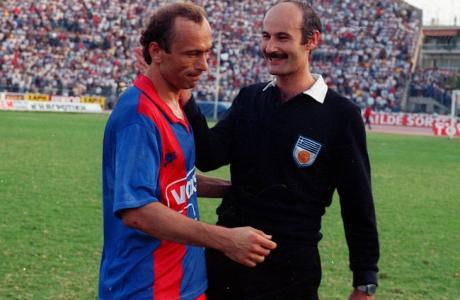 Ο Μήτσος Μαυρίκης με τον διαιτητή Στέλιο Λανδράκη