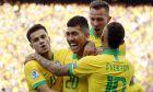 Ο Ρομπέρτο Φιρμίνο πανηγυρίζει με τους συμπαίκτες του στην εθνική Βραζιλίας το γκολ που σημείωσε στον αγώνα με το Περού για τους ομίλους του Copa America 2019 στην 'Αρένα Κορίνθιανς', Σάββατο 22 Ιουνίου 2019