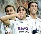 Φάμπιο Καναβάρο, Ραούλ και Σέρχιο Ράμος πανηγυρίζουν ένα γκολ της Ρεάλ στο ισπανικό πρωτάθλημα (26/5/2007).