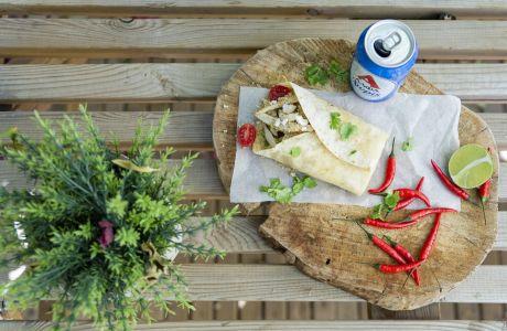 Φτιάξε το πιο εύκολο wrap κινόα με αβοκάντο, κοτόπουλο, ντοματίνια και φέτα