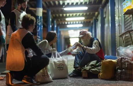 Η Μαριάννα προσφέρει ένα πιάτο ελπίδα στους άστεγους της Αθήνας