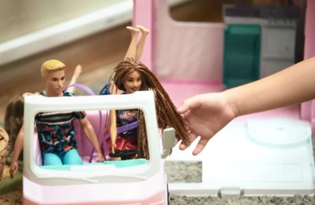 Η ειδικός εξηγεί: γιατί το παιχνίδι με κούκλες βοηθά την ανάπτυξη του παιδιού