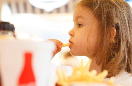 Πα-τά-τες! Πα-τά-τες! Οι νέες αγαπημένες λέξεις των παιδιών που θα ακούει η μαμά την ώρα που ετοιμάζει μεσημεριανό.